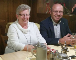Anneliese und Harry Schiller im Gasthof Höttl